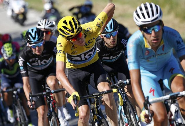 Brit Chris Froome ve žlutém trikotu lídra na trati 15. etapy Tour de France.