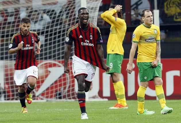 Cristian Zapata (druhý zleva) z AC Milán slaví gól proti Celtiku Glasgow ve středečním utkání Ligy mistrů.