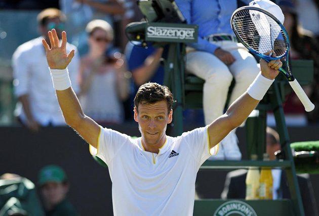 Tomáš Berdych oslavuje výhru nad Davidem Ferrerem ve 3. kole tenisového Wimbledonu.