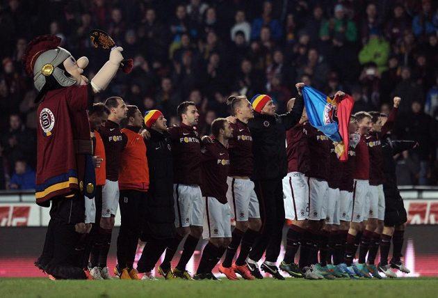 Fotbalisté Sparty se radují společně s fanoušky z výhry nad Plzní.