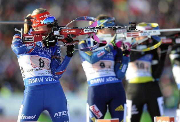 Česká biatlonistka Eva Puskarčíková (vlevo) v závodě smíšených dvojic na SP v Novém městě na Moravě.