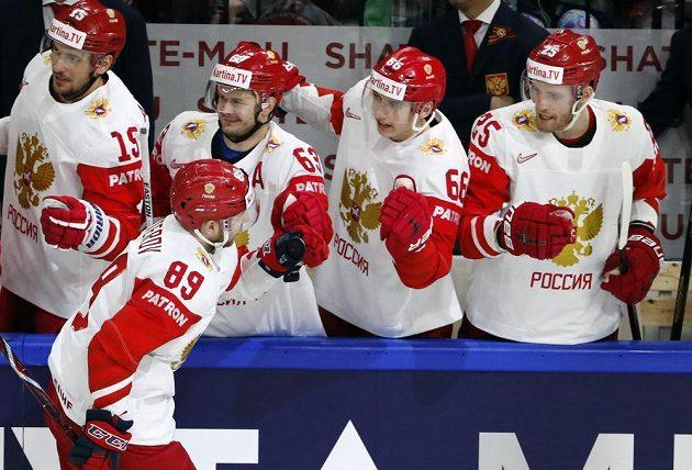 Ruský hokejista Nikita Nestěrov slaví se spoluhráči gól proti české reprezentaci.