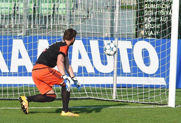 Brankář Jihlavy Jan Hanuš dostává gól.