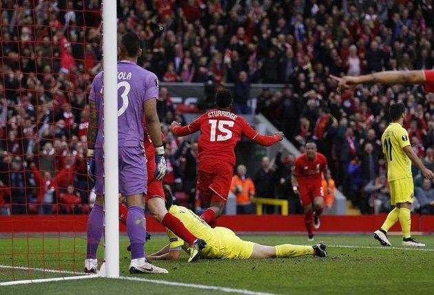 Liverpoolský Daniel Sturridge se raduje z úvodního gólu v odvetě semifinále Evropské ligy proti Villarrealu.