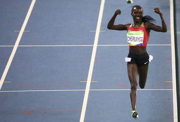 Keňanka Vivian Cheruiyotová se raduje ze zlata na 5000 metrů.