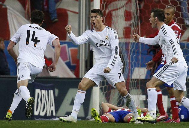 Hvězda Realu Madrid Cristiano Ronaldo (druhý zleva) se raduje ze svého vyrovnávacího gólu v derby s Atlétikem. Vlevo je jeho spoluhráč Xabi Alonso, vpravo Gareth Bale.