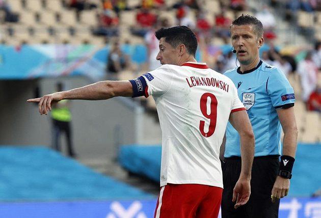Polský kanonýr Robert Lewandowski v diskuzi s rozhodčím Danielem Orsatem.