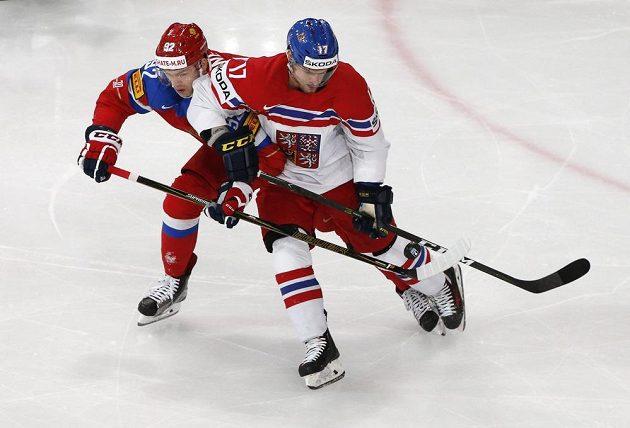 Vladimír Sobotka (vpravo) v souboji s ruským útočníkem Jevgenijem Kuzněcovem.