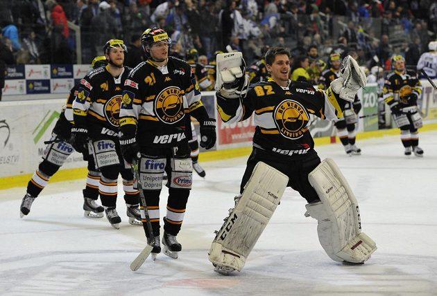 Hokejisté Litvínova se radují z vítězství v Brně.