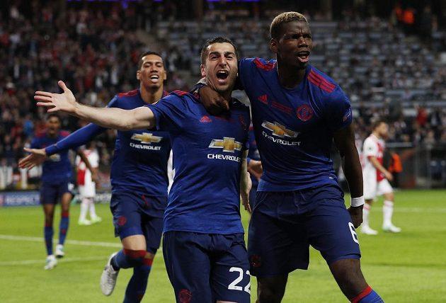 Euforie a radost Henricha Mchitarjana a Paula Pogby z Manchesteru United poté, co Mchitarjan vstřelil druhý gól.