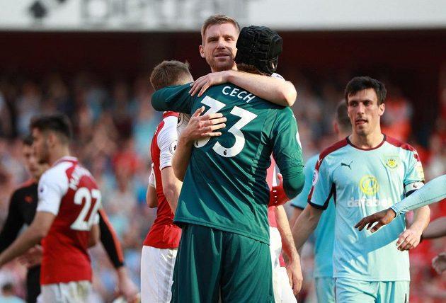 Petr Čech vychytal v brance Arsemnalu další nulu, po zápase s Burnley se zdraví s Perem Mertesackerem.