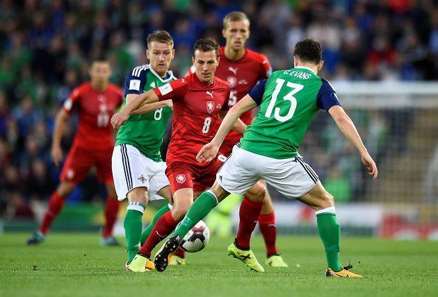 Fotbalista Severního Irska Corry Evans se snaží zabránit Vladimíru Daridovi v utkání kvalifikace o postup na MS 2018.