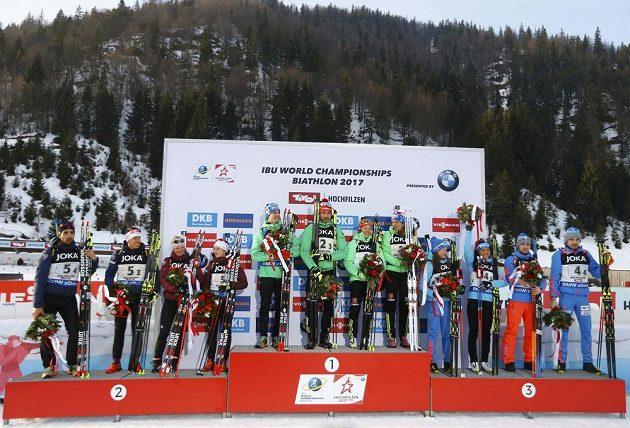 Stupně vítězů po závodě biatlonových smíšených štafet na MS v rakouském Hochfilzenu. Zleva kvarteto stříbrné Francie, zlatého Německa a bronzového Ruska.