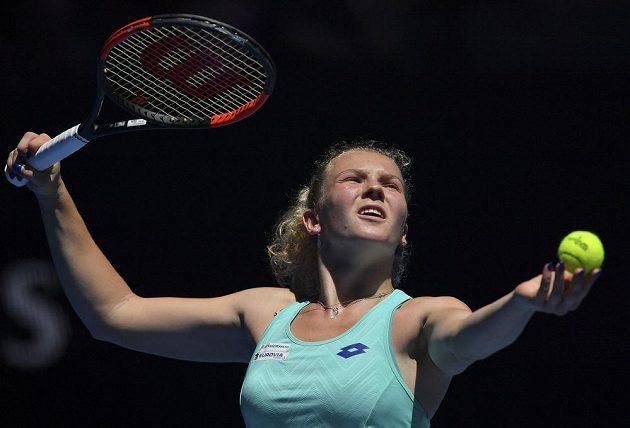Podávající Kateřina Siniaková v utkání 2. kola Australian Open.