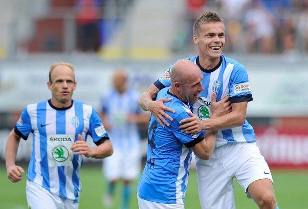 Jiří Štajner a autor druhého gólu Tomáš Fabián (vpravo) z Mladé Boleslavi. Vlevo David Jarolím.