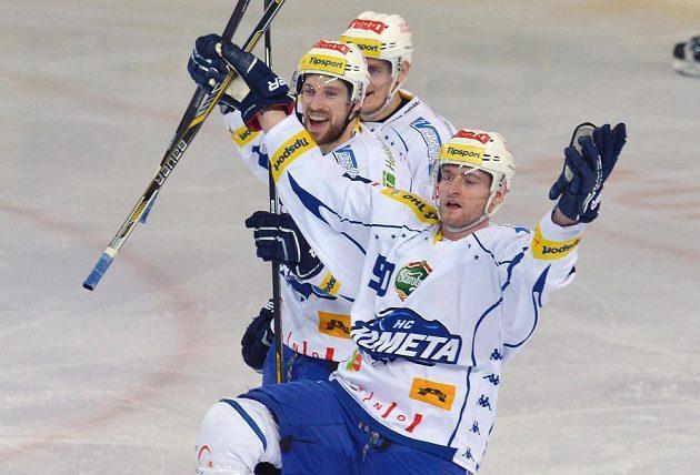 Hokejisté Brna slaví gól na ledě Sparty. Zleva Jakub Koreis, Tomáš Vondráček a Martin Dočekal.
