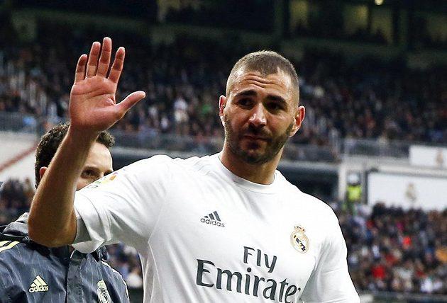 Karim Benzema z Realu gestikuluje po zranění v utkání s Gijónem.