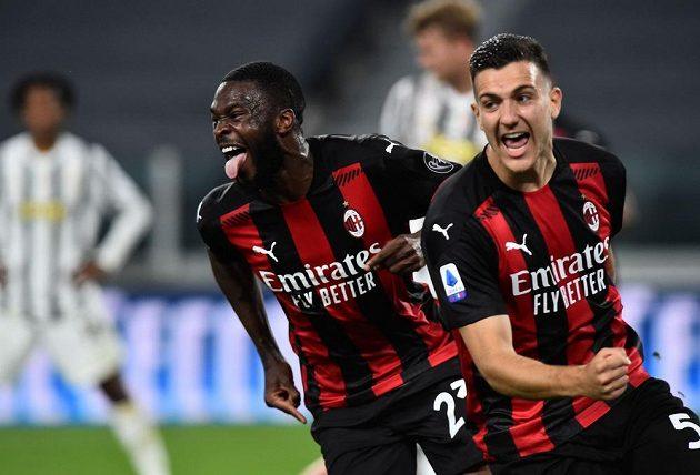 Fotbalista AC Milán Fikayo Tomori slaví třetí gól v síti Juventusu v utkání italské ligy.