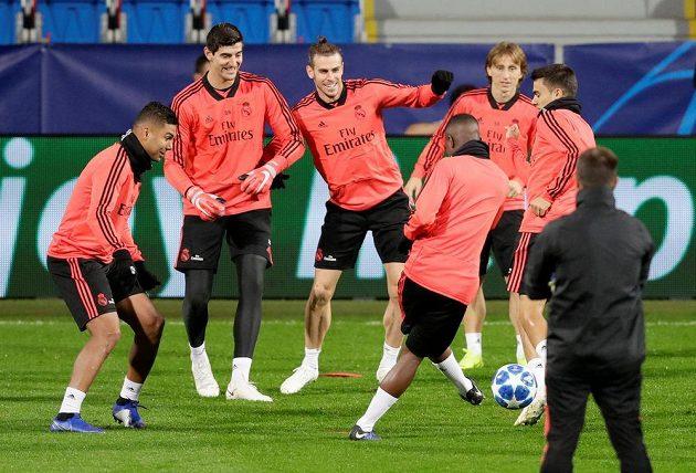 Fotbalisté Realu Madrid (zleva) Casemiro, Thibaut Courtois, Gareth Bale a Luka Modrič se na tréninku dobře bavili.