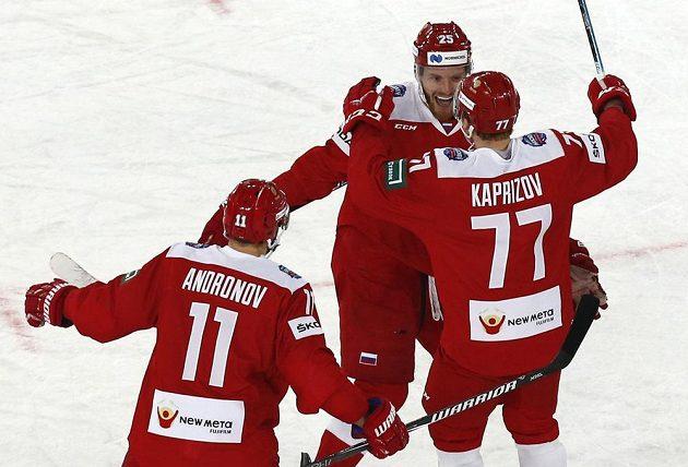 Ruští hokejisté se radují z gólu Kirilla Kaprizova.