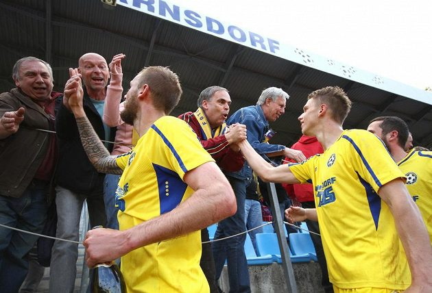 Fotbalisté Varnsdorfu oslavují s fanoušky postup do první ligy.