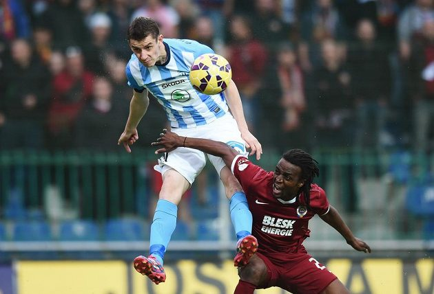 Takhle vyskočil Ondřej Zahustel z Boleslavi a hlavou poslal míč do sítě, sparťan Costa Nhamoinesu gólu zabránit nedokázal.