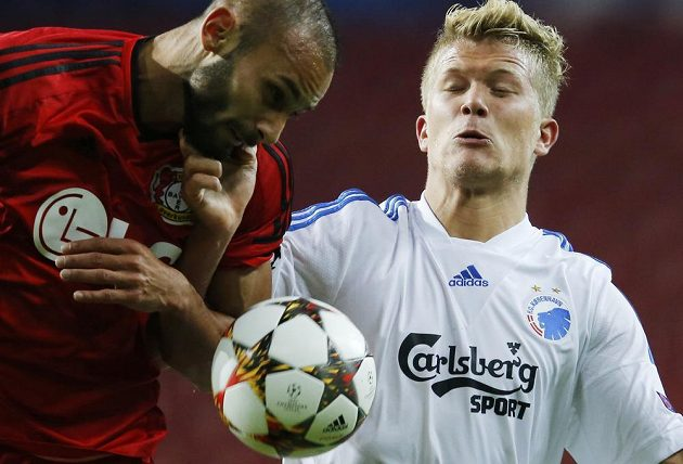 Ömer Toprak z Leverkusenu (vlevo) v souboji s útočníkem FC Kodaň Andreasem Corneliusem.