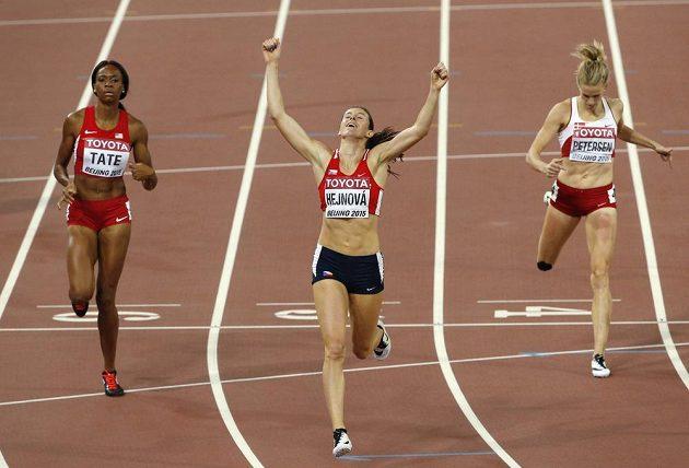 Zuzana Hejnová při finále na 400 m překážek při MS v Pekingu. Vlevo třetí Američanka Cassandra Tateová, vpravo čtvrtá Sara Slott Petersenová z Dánska.
