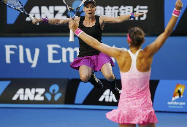 Obrovská radost. Bethanie Matteková-Sandsová (dále) a Lucie Šafářová se radují po proměněném mečbolu ve finále čtřhry na grandslamovém Australian Open.