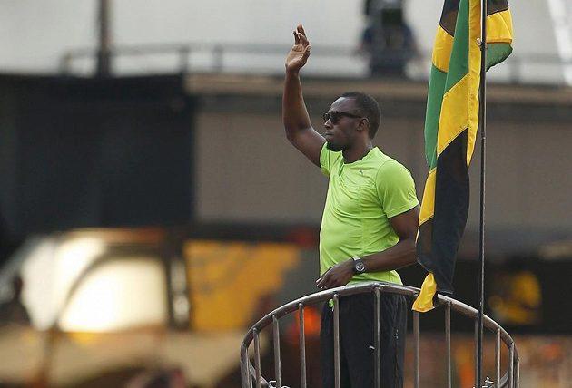 Usain Bolt zdraví diváky v Londýně ze svérázné rakety, která ho dovezla na start běhu na 100 metrů.