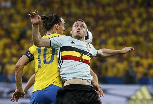 Belgický zadák Thomas Vermaelen v souboji se Zlatanem Ibrahimovicem.