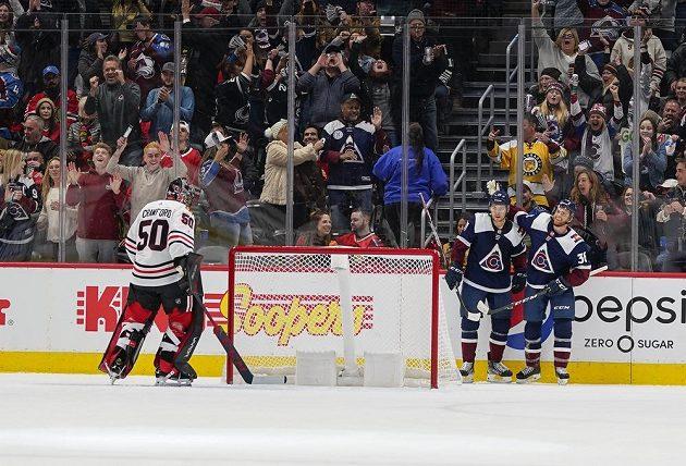 Hráči Colorada Tyson Jost (vlevo) a T.J. Tynan se radují ze vstřeleného gólu.
