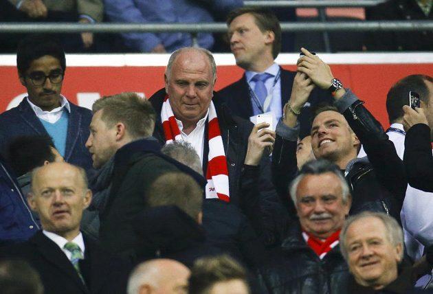 Do Allianz areny dorazil také bývalý prezident Bayernu Uli Hoeness (uprostřed s šálou).