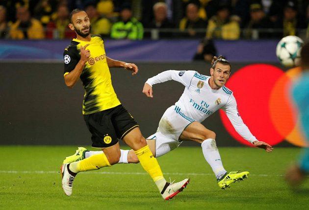 Gareth Bale (vpravo) z Realu Madrid pálí na branku Borussie Dortmund, domácí Omer Toprak jen přihlíží.