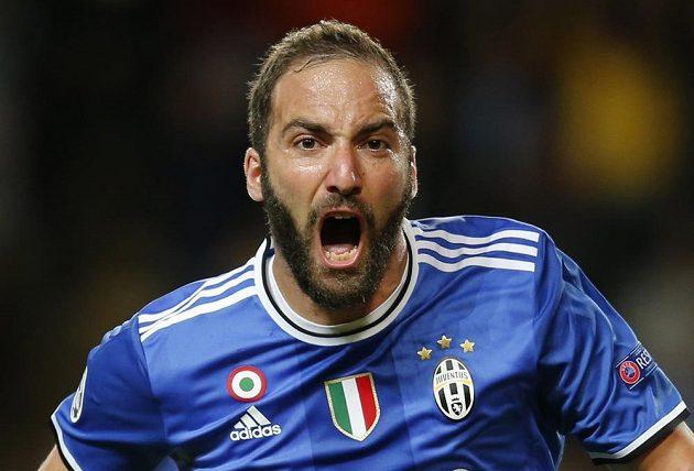 Gonzalo Higuaín z Juventusu se raduje po vstřelení úvodní branky proti Monaku.