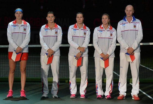 Nastoupený český tým ve složení (zleva) Petra Kvitová, Lucie Šafářová, Lucie Hradecká, Andrea Hlaváčková a kapitán Petr Pála před úvodními dvouhrami.