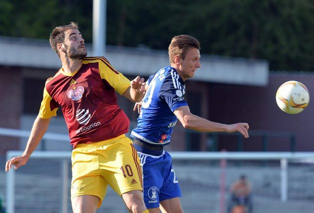Útočník Dukly Néstor Albiach (vlevo) v souboji s Šimonem Faltou v předehrávce 28. kola Synot ligy.