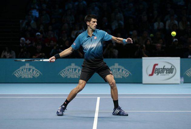 Srb Novak Djokovič během výměny s Rogerem Federerem ve finále Turnaje mistrů.