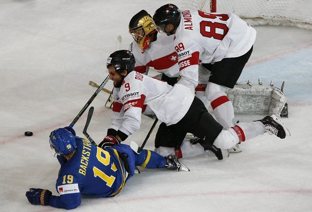 Na švédského útočníka Nicklase Bäckströma si dávali švýcarští hokejisté pozor. Ve čtvrtfinále jim ale stejně dal gól.