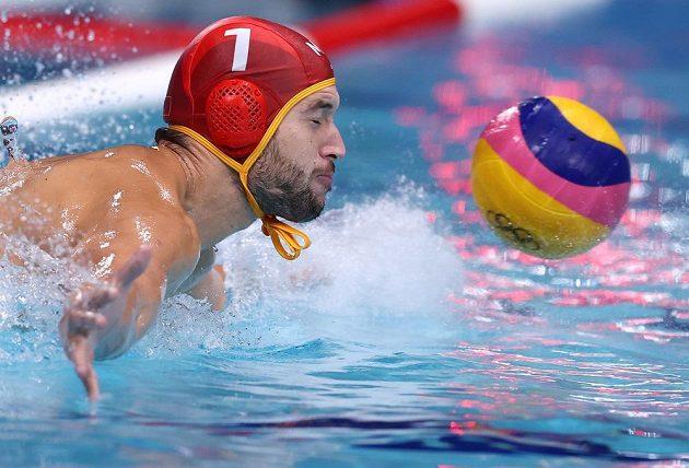 Slaven Kandič z týmu Černé Hory v utkání o 7. místo olympijského turnaje ve vodním pólu s Itálií.