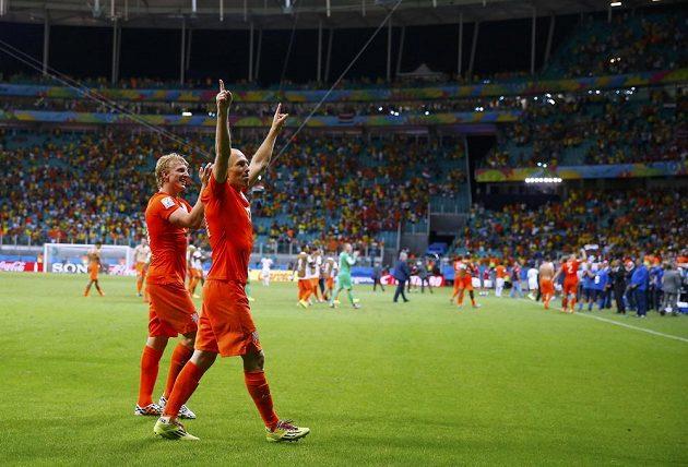 Dirk Kuijt(vlevo) proměnil čtvrtou nizozemskou penaltu, která se ukázala jako rozhodující. S Arjenem Robbenenem mohl slavit postup přes Kostariku