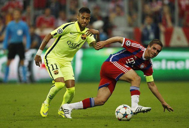 Nebezpečného střelce Barcelony Neymara (vlevo) se snaží zastavit kapitán bavorského celku Philipp Lahm.