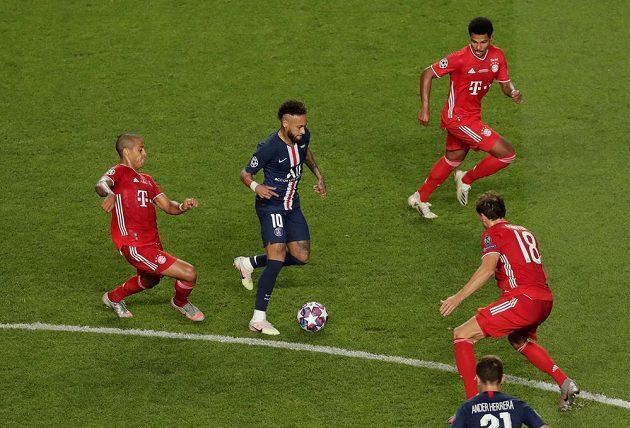 Neymar z PSG v obležení protihráčů z Bayernu při finále Ligy mistrů.