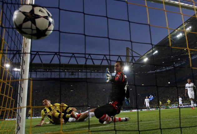 Úvodní gól dortmundského Roberta Lewandowského (vlevo), brankář Realu Diego López už zasáhnout nestačil.