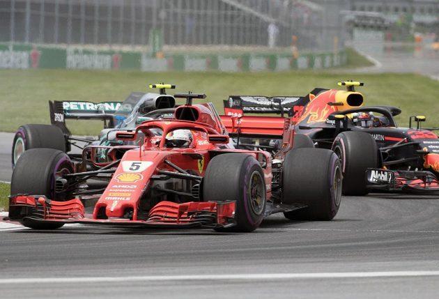Pilot Ferrari Sebastian Vettel ujíždí dvojici Valterri Bottas (Mercedes) - Max Verstappen (Red Bull).
