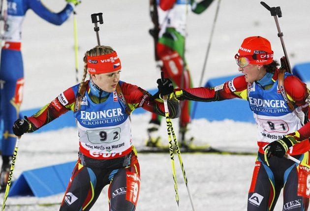 Veronika Vítková předává štafetu na druhý úsek Gabriele Soukalové.