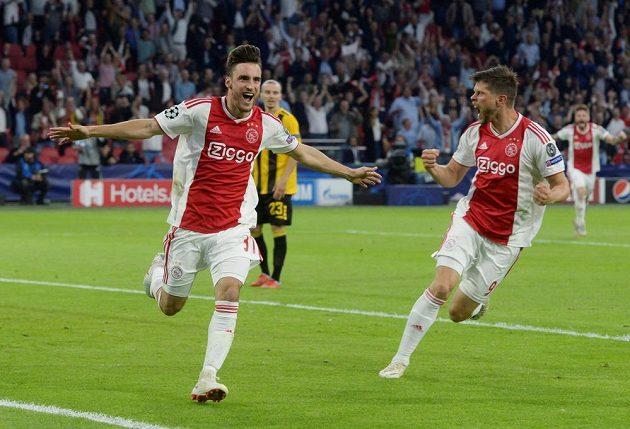 Nicolas Tagliafico (vlevo) a Klaas-Jan Huntelaar slaví gól proti AEK v prvním kole Ligy mistrů.