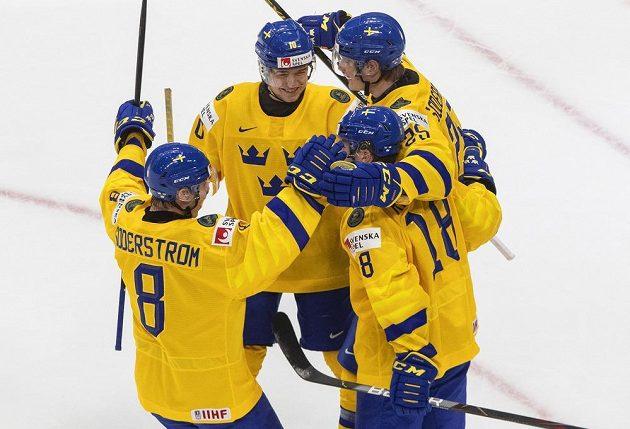 Gólová radost švédských hokejistů ve čtvrtfinále MS dvacetiletých proti Finsku.