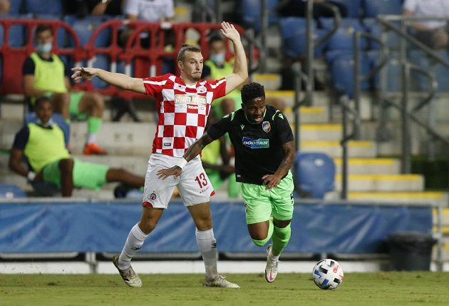 Fotbalista Beer Ševy Sean Goldberg (vpravo) a Joel Ngandu Kayamba z Plzně.