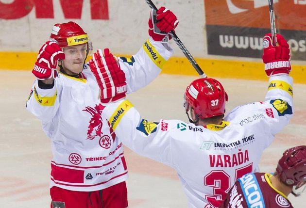 Třinečtí hokejisté David Květoň a Václav Varaďa se radují z výhry nad Spartou.